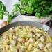 Pulpety z makaronem w sosie pieczarkowo-porowym Składniki:      500 g karkówki     1 jajko     1 cebula     2 łyżki bułki tartej     1 łyżeczka musztardy sarepskiej     0,5 łyżeczki słodkiej papryki     sól, pieprz do smaku     300 g makaronu rurki     1 por     250 g pieczarek     250 ml śmietany kremówki     2 żółtka     sól,pieprz do smaku     olej do smażenie  Przygotowanie:  Mięso zmielić. Cebulę pokroić i zrumienić na oleju dodać do mięsa. Wbić jajko dodać bułkę tartą, musztardę, paprykę, doprawić do smaku i wymieszać. Uformować małe klopsiki, obtoczyć w mące i na patelni w której zrumienialiśmy cebulkę podsmażyć na oleju klopsiki z wszystkich stron. Zdjąć klopsiki i podsmażyć pokrojony por i pieczarki. Po chwili dodać klopsiki i chwilkę podsmażać. Śmietanę zmiksować z żółtkami, doprawić do smaku i wlać na patelnię. Dodać ugotowany al dente makaron i całość gotować aż sos zgęstnieje. Przed podaniem posypać pokrojonym szczypiorkiem.