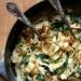 makaron ze szpinakiem  Prosty i szybki w wykonaniu, a jaki pyszny!  Składniki:      250 g makaronu jaki lubicie, my użyliśmy fettucine     1 łyżka oliwy     1 mała cebula, posiekana     3 ząbki czosnku, posiekane     1/4 szklanka wywaru warzywnego     1 łyżka mąki pszennej     3/4 szklanki mleka     250 g świeżego szpinaku     1/4 szklanki startego parmezanu     sól, pieprz     1/4 łyżeczki czosnku w proszku   bułka tarta:      1 łyżka masła     1 ząbek czosnku, wyciśnięty     1/4 szklanki bułki tartej    Ugotujcie makaron wg przepisu na opakowaniu. W międzyczasie w głębokiej patelni rozgrzejcie oliwę, wrzućcie cebulę, podsmażcie, dodajcie czosnek, smażcie jeszcze chwilę. W osobnej miseczce wymieszajcie ze sobą wywar z mąką. Tak przygotowaną miksturę wlejcie na patelnię i dodajcie mleko, mieszajcie energicznie, aż sos zgęstnieje i się zagotuje. Zmniejszcie ogień, dodajcie liście szpinaku, poczekajcie aż zmniejszą swoją objętość. Dodajcie sól, pieprz i czosnek w proszku. Zdejmijcie z ognia i dodajcie parmezan, wymieszajcie aż się rozpuści. Na małej patelni podgrzejcie masło, dodajcie czosnek i bułkę tartą, smażcie aż się zrumieni. Do sosu dodajcie ugotowany, odcedzony makaron, wymieszajcie i posypcie podsmażoną bułką tartą.