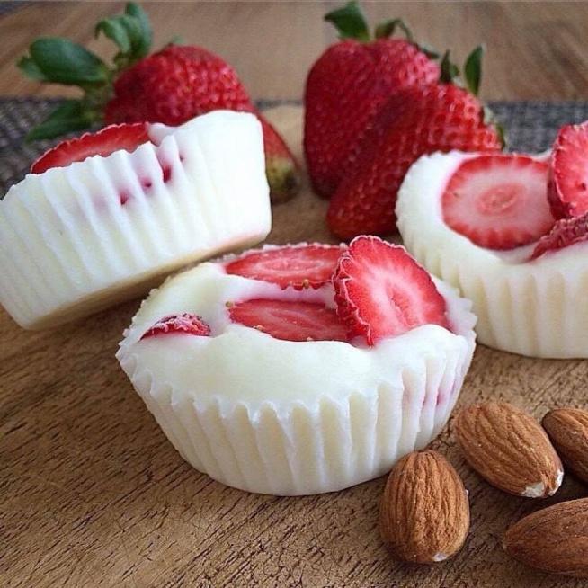mrożone babeczki jogurtowe wykonane z jogurtu naturalnego, miodu i truskawek