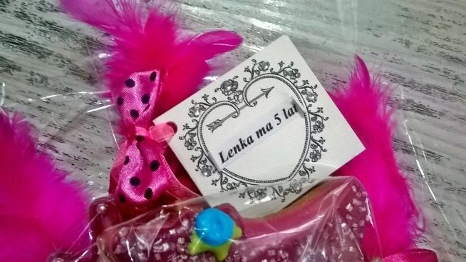 Słodki bukiet urodzinowy dla Lenki z okazji 5-tych urodzin. Oczywiście w kolorze różu, ozdobiony amarantowymi piórkami, kokardkami i kryształkami:)