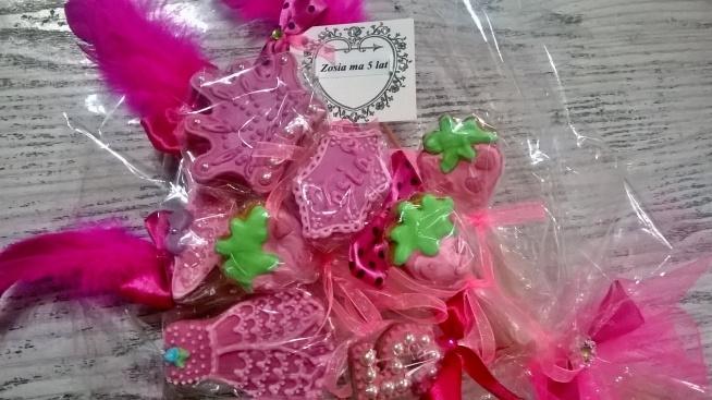 Słodkie bukiety z pierników dla dziewczynki. Króluje róż, piórka, kokardki i kryształki.