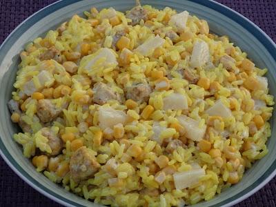 Żółta sałatka ryżowa z kurczakiem Znowu zapraszam na żółtą sałatkę. Tym razem z żółtiutkim ryżem oraz kuczakiem. Do zabarwienia składników użyłam kurkumy ale jeśli ktoś lubi można też użyć curry.  składniki:  2 woreczki ryżu u mnie paraboliczny 500 g piersi z kurczaka 1 puszka kukurydzy 1 puszka ananasa majonez ok 3-4 łyżki kurkuma przyprawa gyros do kurczaka olej do smażenia  Ryż ugotować we wodzie z dodatkiem kurkumy, ja dodałam płaską łyżeczkę i wystudzić. Kurczaka pokroić w drobną kostkę i przyprawić przyprawą gyros oraz niewielką ilością kurkumy Usmażyć na oleju i wystudzić.  Kukurydzę osączyć z zalewy. Ananasa osączyć z zalewy i pokroić na małe kawałki. Wszystkie składniki przełożyć do miski. Dokładnie wymieszać i połączyć z majonezem.  Polecam też: Żółtą sałatkę z tortellin