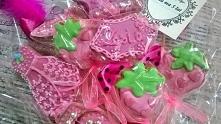 Słodki bukiet z okazji urodzin dla dziewczynki. Bukiet w ulubionym kolorze dziewczynek, słodkiego różu, ozdobiony piórkami, diamencikami i kokardkami.