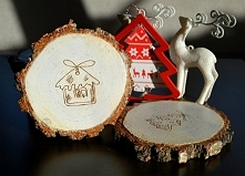 Oferuję drewniane podkładki/zawieszki z grawerowanymi wzorami świątecznymi, z...