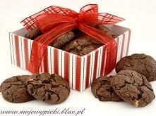 ciasteczka potrójnie czekoladowe Składniki na około 40 ciastek:  125 g masła 160 g drobnego brązowego cukru 1 jajko 1 łyżeczka ekstraktu z wanilii 185 g mąki  pszennej 1 łyżeczk...
