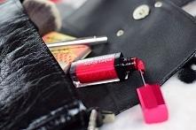 Po wielkim sukcesie matowych pomadek Rouge Edition Velvet marka Bourjois zdecydowała się na stworzenie bardziej błyszczącej wersji szminek w płynie - Rouge Edition Aqua Laque. C...