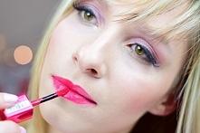 W roli głównej:  Bourjois, Rouge Edition Aqua Laque - odcień Fuchsia Perche. Kolor dla kobiet, które lubią wyraziste odcienie, ale nie są jeszcze na tyle odważne, by nosić czerw...