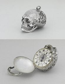 XVII-wieczny srebrny zegarek z czaszką,w Luwrze