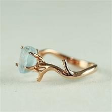 pierścionek gałązka z topazem