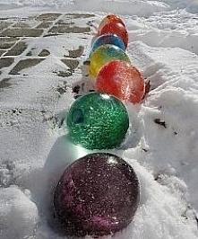 Dodaj do wody barwnik, wlej do balonów, wystaw na mróz, potem rozwal balony:)