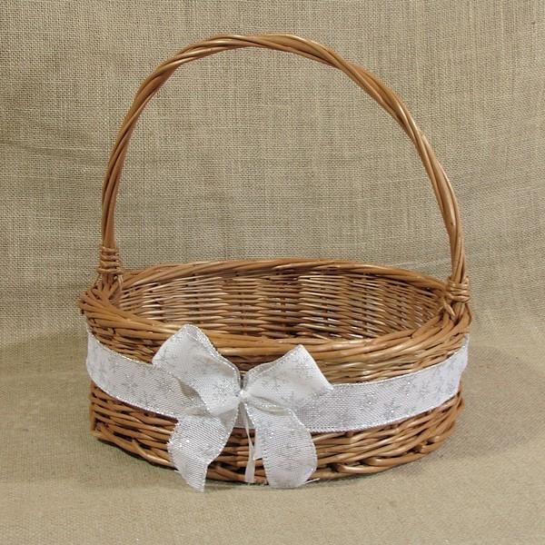 Prezentowany koszyk wykonany został ręcznie z najwyższej jakości polskiej wikliny, która jest materiałem w pełni naturalnym i ekologicznym. Koszyk może z całą pewnością być wykorzystany do ułożenia w nim świątecznej dekoracji (stroik) lub też można w nim podać słodycze czy owoce, które w takim koszyku będą również ozdobą. Sposób w jaki koszyk zostanie wykorzystany zależy jedynie od pomysłu właściciela.