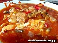 Drobiowy Strogonow  Składniki:  ½ kg dowolnego mięsa z kurczaka ½ kg pieczarek 1 duża czerwona papryka 2 łyżki koncentratu pomidorowego 2 łyżki masła 2 łyżeczki mielonej słodkie...