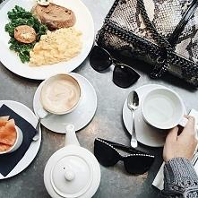 Styl i zdrowe śniadanie :) 1. Cappuccino 2. Kilka plasterków łososia 3. Jajecznica + zielona sałata + pomidor + kromka chleba ciemnego