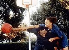 Miłość i koszykówka  W 1981 r. jedenastoletnia Monica wprowadza sie do Los An...