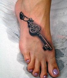 tatuaże damskie na stopie klucz
