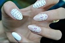 Połączenie efektu skóry węża w białym kolorze i pudrowego różu z pięknym i or...