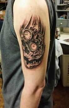 tatuaże męskie czaszka i zegar