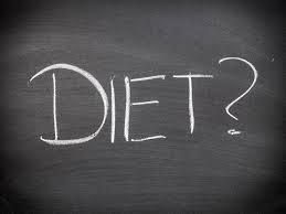 Zaczynamy wyjaśniając pojęcie niezbędne, aby zmienić swoje myślenie dotyczące odżywiania – DIETA Nie wyobrażam sobie zacząć prowadzenie tego bloga nie wyjaśniając tego, co z pewnością w dzisiejszych czasach wyjaśnić należy.  DIETA = RACJONALE ODŻYWIANIE   Z definicji dieta oznacza sposób odżywiania, a dokładniej ilość i jakość tego co jemy. Jest niezbędna do prawidłowego funkcjonowania organizmu oraz z założenia ma dostarczać niezbędnych składników pokarmowych.  Tak naprawdę myśląc o diecie pierwsze co przychodzi nam do głowy, to sposób na utratę zbędnych kilogramów.  Często pojęcie DIETY kojarzone jest wyłącznie z ODCHUDZANIEM- restrykcyjną redukcją kaloryczności spożywanego pożywienia również z wyeliminowaniem danego produktu spożywczego lub prawie całkowitym ograniczeniem danego składnika odżywczego jakim jest bardzo często tłuszcz, tym samym często podwyższając udział białka w codziennym jadłospisie. Jest to bezsprzecznie mylne podejście.  Chciałam sprostować to często powtarzające się błędne stwierdzenie, z którym spotykam się niejednokrotnie na pierwszej wizycie dietetycznej. Tak naprawdę, każdy z nas stosuje indywidualną dietę, związaną z wyborem określonych produktów- upodobania żywieniowe oraz ilością posiłków w ciągu dnia, jak i ilością spożywanych produktów. Niekoniecznie jednak ta dieta jest odpowiedni dla danej osoby. Często właśnie przez nieprawidłową dietę, możemy nabawić się niedoborów i w dalszej konsekwencji chorób dietozależnych.  Ustalając dietę oczywiście wspieram się zasadami dietetyki, mając na uwadze wiek, analizę składu ciała, stan zdrowia, aktywność fizyczną, rodzaj pracy oraz preferencje żywieniowe pacjenta.  Dieta to nie jest chwilowa moda, dieta nie może być kaprysem– dieta to indywidualnie dopasowany sposób żywienia.  NAZEWNICTWO DIET:  Nazewnictwo diet jest bardzo różnorodne. Z innym nazewnictwem diet spotkamy się w szpitalu, innym w przedszkolach i szkołach, jeszcze innym w podręcznikach akademickich, również odrębne nazewnictwo propo