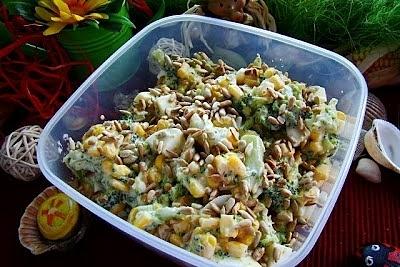 Sałatka brokułowa z prażonym słonecznikiem -wakacyjna składniki 1 szt brokuły, 4 szt jajka, 1 szt kukurydza w puszce, 4 łyżki słonecznik łuskany, 4 łyżki majonez, 2 łyżki śmietana, 2 ząbki czosnek, Sól Jajka gotujemy w osolonej wodzie . Po ugotowaniu przelewamy zimna woda obieramy i kroimy w kostkę .Kukurydze odcedzamy z zalewy. Brokuła myjemy kroimy w różyczki i gotujemy w osolonej wodzie . Następnie odcedzamy i studzimy . Łączymy kukurydze jajko i brokuła. Do majonezu dodajemy śmietanę mieszamy . Dodajemy wyciśnięty czosnek i odrobinę soli. sos dodajemy do sałatki . Mieszamy . Słonecznik prażymy na suchej patelni . Zimny słonecznik dodajemy do sałatki .