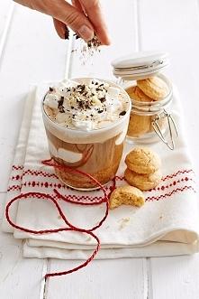 Składniki: 2 łyżki kawy Jacobs ½ szklanki wody bita śmietana garść ciasteczek amaretti wiórki czekoladowe z czekolady gorzkiej, mlecznej i białej Zamień na listę zakupów Przygot...