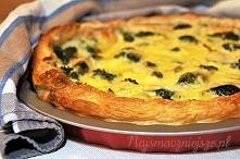 Tarta z brokułami Składniki:  1 płat ciasta francuskiego 1 brokuł (albo 2 mniejsze) 100 g śmietany 18% 100 ml śmietanki 30 % 3 jajka i 2 białka (albo 4 jajka) 150 g żółtego sera...