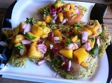 Placki ziemniaczano- cukiniowe z łososiem i salsą z mango