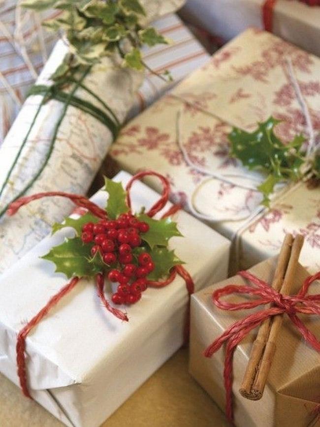 Prezent opakowany przy pomocy białego lub szarego papieru, do tego dodaj detal w postaci ostrokrzewu lub lasek cynamonu i gotowe! Świąteczne prezent już są efektownie i bardzo elegancko opakowane!