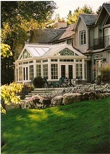 Jeden z najpopularniejszych ogrodów zimowych i ulubieniec czytelników Pani Dyrektor - zainspiruj się i Ty! Bardzo klasyczny, na wskroś amerykański ogród zimowy.