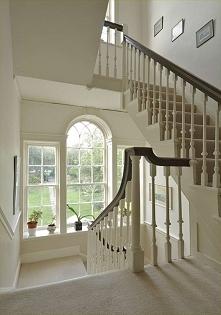 Piękne, stylizowane, amerykańskie okna na spoczniku klatki schodowej w jednym z amerykańskich domów. Zestawiono tutaj ze sobą okna zakończone prostokątnie z oknem zakończonym łu...