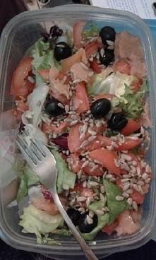 Propozycja sałatki do szkoły lub pracy:) Składniki: -baza: mix sałat z rukolą -łosoś sałatkowy wędzony -czarne oliwki -pomidory lima pokrojone w łódeczki -ziarna słonecznika Sma...