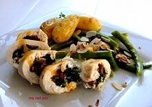 Filet z kurczaka nadziewany delikatnym szpinakiem i pieczonym czosnkiem z pieczonymi ziemniakami i tymiankiem, zieloną fasolą z cytrusowym masłem i prażonymi migdałami.