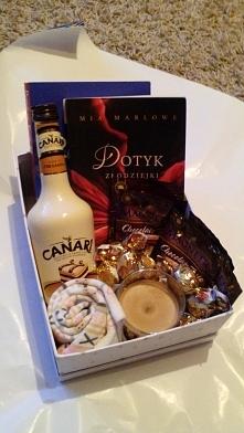 Prezent dla mojej przyjaciółki:) 2 x książka, Likier Canare tiramisu, Ciepłe skarpety, Świeczka zapachowa, Gorąca czekolada, Słodycze, Całość jest w pudełku. Brakuje tylko karte...