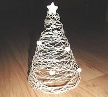 Choinka wykonana ze sznureczka, którą utrwaliłam na stożku przy pomocy kleju. Do tego oczywiście gwiazda na czubek i kilka serduszek, które zrobiłam z tzw. zimnej porcelany. Dod...