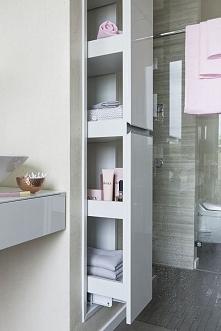 W tej nowoczesnej łazience strefę prysznica wyznacza dyskretna szklana ścianka. Tuż obok niej zaprojektowano praktyczny wysuwany schowek typu cargo. Dzięki niemu kosmetyki i zap...
