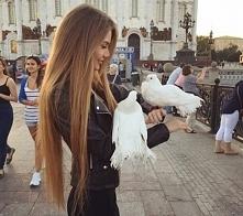 Długie włosy.
