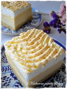 CIASTO: 2 szklanki mąki pszennej 12 dag masła pół szklanki cukru 3 jajka (1 całe i dwa żółtka – dwa białka wybić do oddzielnej miseczki) półtorej łyżeczki proszku do pieczenia M...