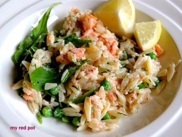 Sałatka z wędzonym łososiem z dodatkiem zielonego groszku, szpinakiem i makaronem orzo. Propozycja na lunch lub szybki obiad. Pyszne i proste w przygotowaniu.