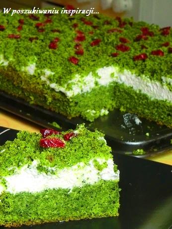 Tureckie ciasto szpinakowe Leśny mech przełożone bitą śmietaną.