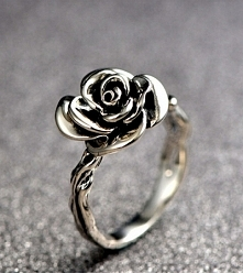 Srebrny pierścionek z różą