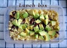 lunch box:  Składniki:  * 50 g kaszy jaglanej (około 1/4 szklanki) * pół awokado  * łyżka ziaren słonecznika * 4 plastry suszonych pomidorów w oleju  * opcjonalnie: natka pietru...
