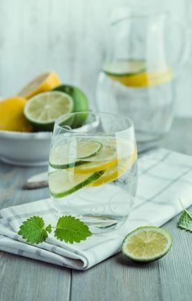 po przebudzeniu pije szklankę  ciepłej wody z cytryną,pomaga to odkwasić organizm:)
