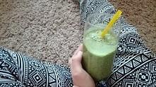 koktajl zielony <3 *banan * dwie garscie jarmuzu * odrobina mleka  :-) :-)