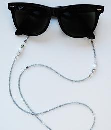 Niesamowity łańcuszek wykonany z srebrnych, mieniących się koralików. Pięknie...