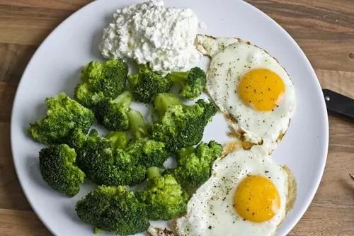 Bardzo łatwe i tanie śniadanie :) • dwa jajka, pieprz, sól, brokuły, twaróg •