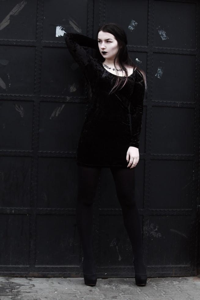 Modelka Silver Wolfie, foto KPhoto, septum & fake tattoo Savanni, buty ze sklepu Histerya, sukienka Topshop, szminka Golden Rose