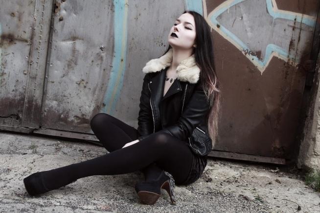Modelka Silver Wolfie, foto KPhoto, septum & fake tattoo Savanni, buty ze sklepu Histerya, kurtka Bershka