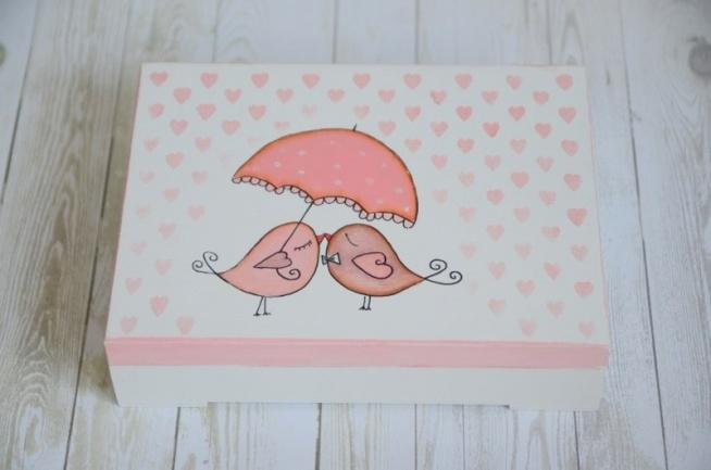 Urocze, ręcznie malowane pudełeczko na ślubne obrączki. Na wieczku - przepiękna para wróbelków pod parasolką i deszcz serduszek :)  Zapraszamy na zakupy do internetowego sklepu ślubnego MadameAllure! :)