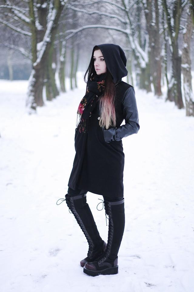 Modelka Silver Wolfie, płaszcz od Banggood, buty Glitzy Wonderland