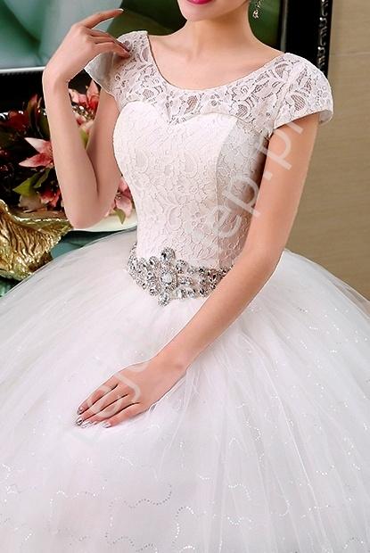 Suknia ślubna z kryształkowym pasem i koronką