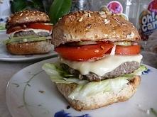 Fast-foody są złe, ale kto powiedział, ze nie można zrobić zdrowego zamiennika? :D Bułka grahamka,sałatka, pomidor,ser (nie topiony!) ketchup, ogórek, wołowina i nasz zdrowy ham...